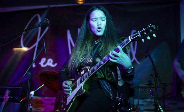 Tea Megaard spiller gitarsolo