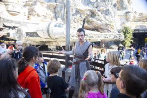 Rey og barn i Galaxy's Edge