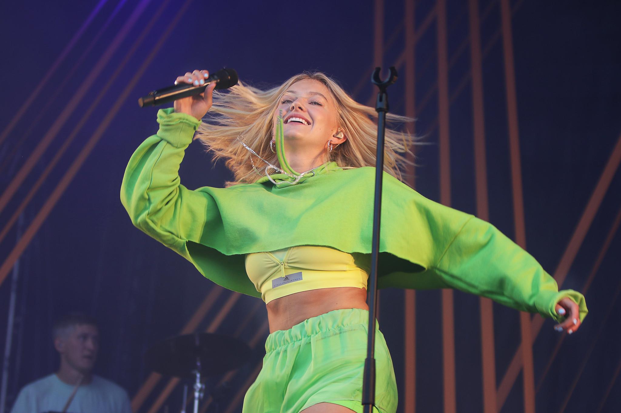 Astrid S danser på Jugendfest i 2018