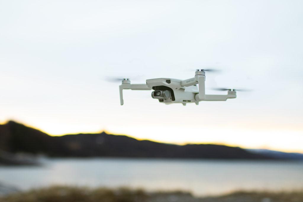 Hogne tar bilde av dronen
