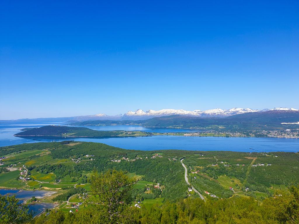 Utsikt fra Tuvatoppen på vei opp til Storskarfjellet. Fauske med fjellene mot Bodø i bakgrunnen. I midten av bildet kan du se hvor jeg bor.