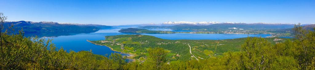 Panoramabilde fra utsikten på Tuvatoppen. Ser dere, moldensere, det er flere plasser som har flott panorama med fjell og hav!