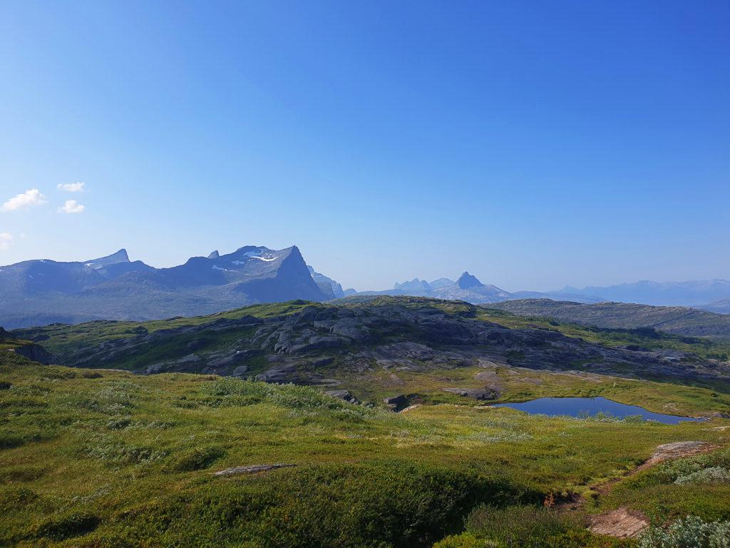 Snur du deg vekk fra kanten kan du se innover Norges yngste nasjonalpark, Hammerfall nasjonalpark og vestover mot Bodø kommune.